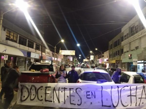 Docentes realizan bocinazo y olla popular en Puerto Madryn