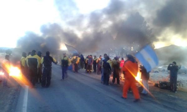 En Trevelin trabajadores viales realizan una panfleteada