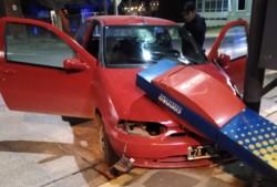 Dos mujeres sufrieron lesiones tras chocar contra un semáforo