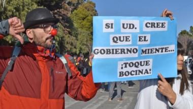 En plena capital. El reclamo por parte de los trabajadores frente a las oficinas del Banco del Chubut en Rawson tomó varios formatos.
