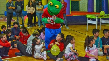 """El """"Sapo Pepe"""" participó del encuentro organizado por las chiccas de la escuela de Voley Municipal."""