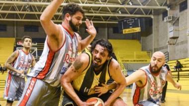 Nicolás Sánchez le pone el pecho a Maxi Riolfo, mientras Bruno Echegaray intenta arrebatar el balón.