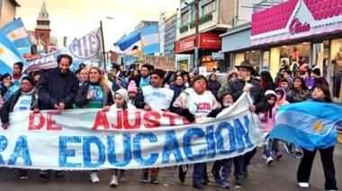 Liderando la movilización de los estatales. El dirigente de la ATECh Sur, Daniel Murphy, encabezó la jornada de protesta por las calles de Comodoro Rivadavia.