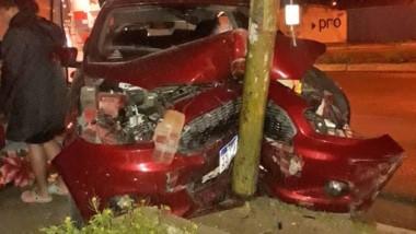 Palazo. Así quedó el auto tras chocar contra el poste de alumbrado.