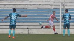 Mauro Matos convierte el primer gol de Barracas Central en la Primera Nacional.