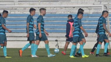 """El plantel de Guillermo Brown se retira cabizbajo tras la derrota ante Barracas Central. El """"Guapo""""  hizo méritos para lograr el triunfo."""