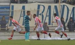 Valenzuela, goleador de Barracas en la B Metro y oro en los JJPP, marcó el segundo gol en Madryn.