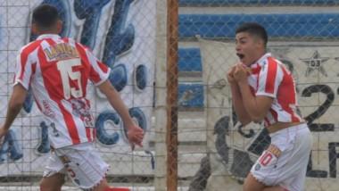 Fernando Valenzuela, campeón panamericano, celebra su gol en el Raúl Conti, el segundo de Barracas Central anteayer en Puerto Madryn.