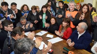 Aplausos. Una postal de la sesión del HCD cordillerano, con la masiva presencia de los empleados estatales.