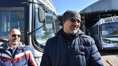 Conflicto. En los galpones de la empresa Bahía siguen estacionados los micros del transporte urbano, a la espera de que se paguen los sueldos.