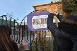 La audiencia es a puertas cerradas, pero fuera del recinto se colocaron carteles sobre el caso