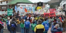 La movilización de los estatales por las calles de Trelew reunió un importante grupo de personas.