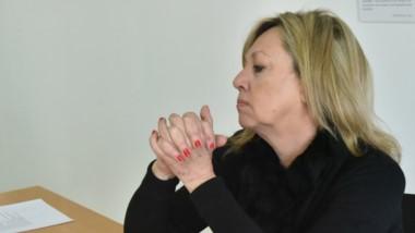Rossana Artero y los certificados sobre la salud de su esposo sobre los que se basó el pedido de licencia.