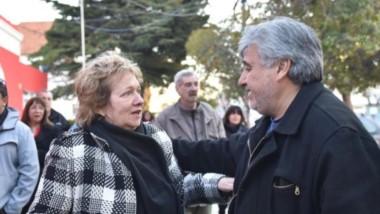 En la llegada al municipio, el saludo entre la nueva intendenta Di Filippo y el titular del gremio de los municipales, Samuel Vargas.