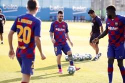 Con nuevo look, Messi vuelve a entrenar con el grupo.