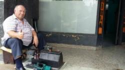 A don Alberto sus padres le enseñaron solo a trabajar. El martes le robaron su preciado cajón de lustrabotas y 750 pesos. (Archivo)