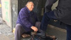 Alberto, lleva 58 años trabajando en la zona céntrica de Tucumán, no solicita ayuda, solo confía en recuperar sus cajoncito de trabajo.