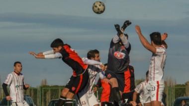 Román Garbaccio, arquero de Independiente, despeja un saque de esquina con sus puños.
