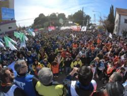 Una multitud en el reclamo. Los trabajadores estatales  reclamaron en las calles de Rawson por el pago escalonado y ante los incumplimientos de paritarias del Gobierno.