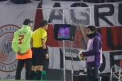 Conmebol hizo pública la conversación entre Víctor Hugo Carrillo y los jueces del VAR del partido River vs Cerro.