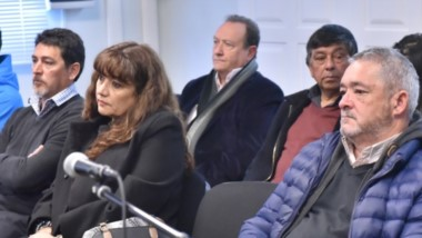 Complicados. Cigudosa sentada en el banquillo de los imputados en la Oficina Judicial de Rawson, junto con otros siete sospechosos.
