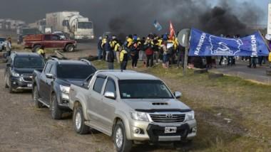 No pasan. Corte, quema de gomas y una importante fila de vehículos y camiones esperando sobre la ruta.