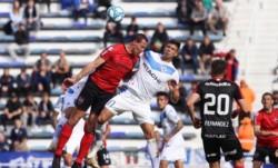 En Liniers, Vélez vence a Newell's y lo hunde en la tabla de los promedios. El chubutense Lema en acción en la foto.