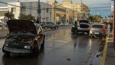 La esquina de Rivadavia y 9 de Julio permaneció cortada por una hora. Trabajaban policías y bomberos .