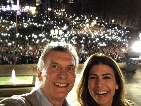 """""""Podemos ser mejores"""", dijo Macri al saludar en Plaza de Mayo"""