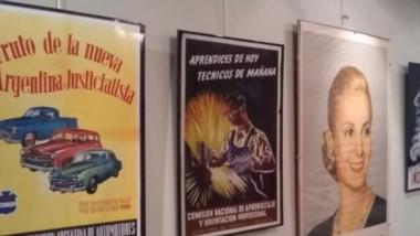 Imagen de afiches de los años 1945 – 1955, que sobrevivieron a la época de proscripción del peronismo.