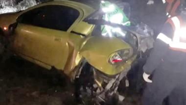 La coupé Chevrolet Corsa Trigra muestra el fuerte impacto que significó el choque con la camioneta F-100.