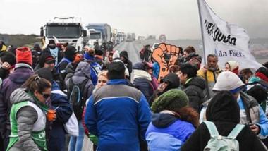 Protesta en la ruta. Los estatales continuaron durante todo el día de ayer con el corte de la Ruta Nacional N° 3 a la altura del acceso a Madryn.