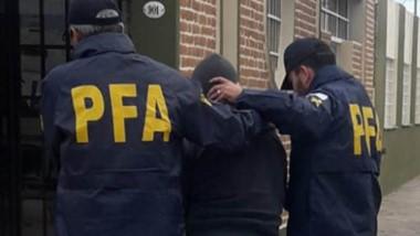 El comerciante Carlos Soto es trasladado a la delegación de la PFA.