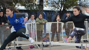 Salto con vallas en la pista trelewense. Hoy continuará la actividad el atletismo convencional y adaptado.