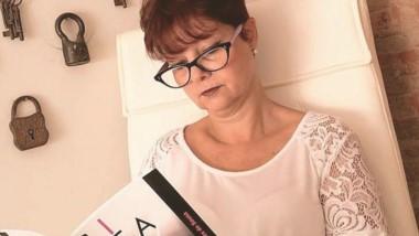 """Adriana Rodrigues de Sousa y  su libro  """"Cita en el no lugar""""."""