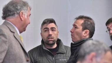 Diego Correa dialogando con su abogado, Fabián Gabalachis y el contador Federico Gatica, durante un receso en la jornada de este miércoles.