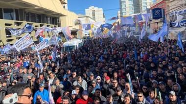 Varias cuadras de petroleros protagonizaron una masiva movilización en Comodoro Rivadavia.