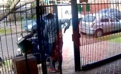 Un hombre engañó a una banda que quiso hacerle el cuento del tío y con su arma logró reducir y detener al motociclista que pasó a buscar 30.000 pesos. (TN)