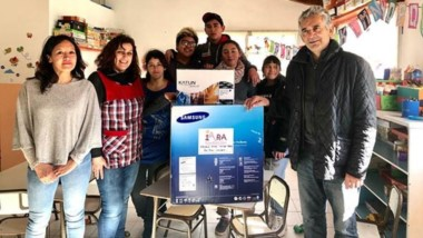 Docentes e integrantes de la comunidad educativa junto a José Giorgia, representante de la Fundación IARA.