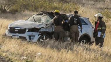 Vuelco y daños. Los Bomberos Voluntarios rescataron a los dos ocupantes del  vehículo siniestrado.
