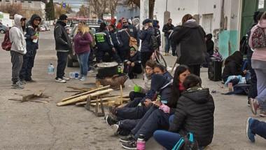 Postal. Siguió en Trelew la protesta de los jóvenes del SEM aunque el intendente estuvo muy duro.