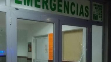 El Ministerio de Salud deberá gastar dinero en reparar los vidrios de la puerta de la Guardia.