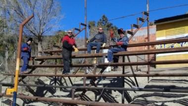 Tribuna en marcha. Un grupo de soldadores desocupados realizan múltiples trabajos solidarios.