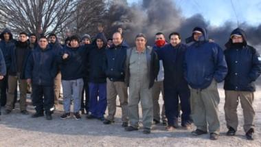 Los trabajadores de Unilán ayer llevaron adelante una quema de gomas en el ingreso a la lanera.