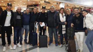 Cristian Pavón y toda la familia que fue a despedirlo al Aeropuerto de Ezeiza.