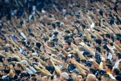 Un hincha del Corinthians protestó contra Bolsonaro en el partido contra Palmeiras y fue detenido por la Policía.