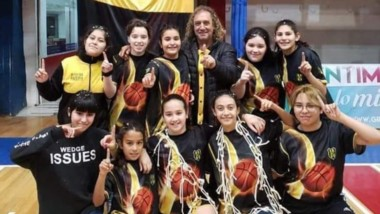 """Las """"Aurinegras"""" cortaron redes en el gimnasio Mariano Riquelme."""