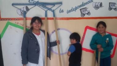 Los pequeños alumnos de la Escuela Nº 63 de Chacay Oeste con las herramientas donadas por la Fundación.