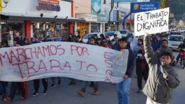 Protesta. La movilización recorrió el centro de Esquel y hubo muchas quejas contra Ongarato y Arcioni.