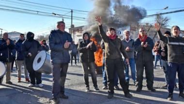 Las protestas de losa municipales se trasladaron hasta Casa de Gobierno, bajo el pedido que renuncie la intendenta Rossana Artero.